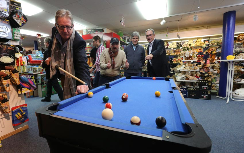 Männerabend im Spielzeugladen: Riesenspaß für die HAZ-Weihnachtshilfe