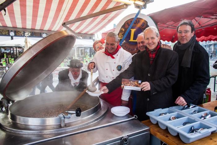 Oberbürgermeister Stefan Schostok und HAZ-Redakteur Conrad von Meding (rechts) bei der Suppenausgabe für die HAZ-Weihnachtshilfe. Foto: Phillip von Ditfurth