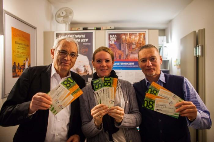 """Kartenvorverkauf für das """"Kleine Fest"""": Peter Müller, Nina Lufen und Harald Böhlmann (von rechts). Foto: v.Ditfurth"""
