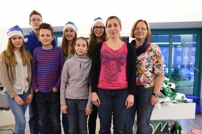 Mit blauen Engelsmützen posieren die Mitglieder der Unesco AG in der Geschäftsstelle der Langen Laube – ihre stolze Spende: 1000 Euro.  Foto: Körner