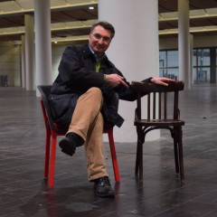 Stühle und Wanduhren werben für direkte Hilfe
