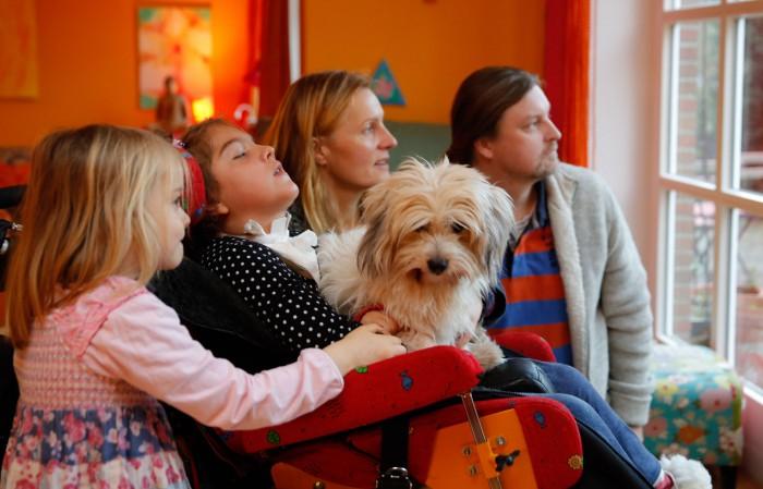 """""""Sie liebt die Sonne und Musik"""": Stefan und Stephanie R. mit ihren Töchtern Tara Mo (vorn), Frida und Hund Nino.  Foto: Wallmüller"""