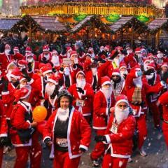 Hunderte Weihnachtsmänner laufen durch die City