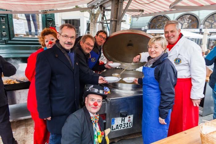 Der Lions Club sammelt auf dem Kröpcke mit Imbissbuden für die HAZ-Weihnachtshilfe. Foto: Philipp von Ditfurth