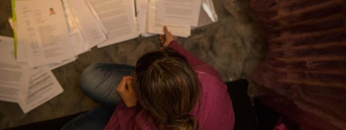 Ein Wust an Papieren, aber bisher wenig Hilfe: Helena Z. will weiter kämpfen, um endlich gesund zu werden. Foto: Eberstein