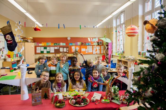 Kinder der Grundschule am Lindener Markt helfen mit einem Adventsbasar. Foto: Kutter