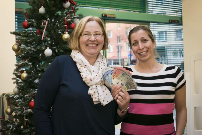 Die Schüler von Nina Kossack (rechts) und Anke Synowzik haben für die HAZ-Weihnachtshilfe 750,- Euro gesammelt. Foto: Insa Cathérine Hagemann