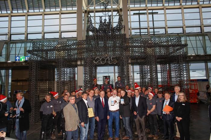 Am Ende hat sich die Mühe gelohnt: im Beisein der 45 Schmiede wird feierlich der Scheck über 25000 Euro übergeben.  Foto: Tim Schaarschmidt