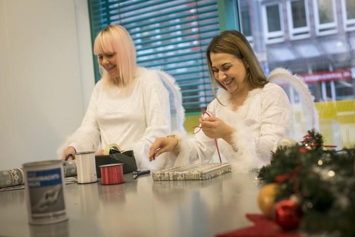 Weihnachtsengel Natalie und Martha packen in der HAZ-Geschäftsstelle die Einkäufe ein. Foto: Insa Cathérine Hagemann