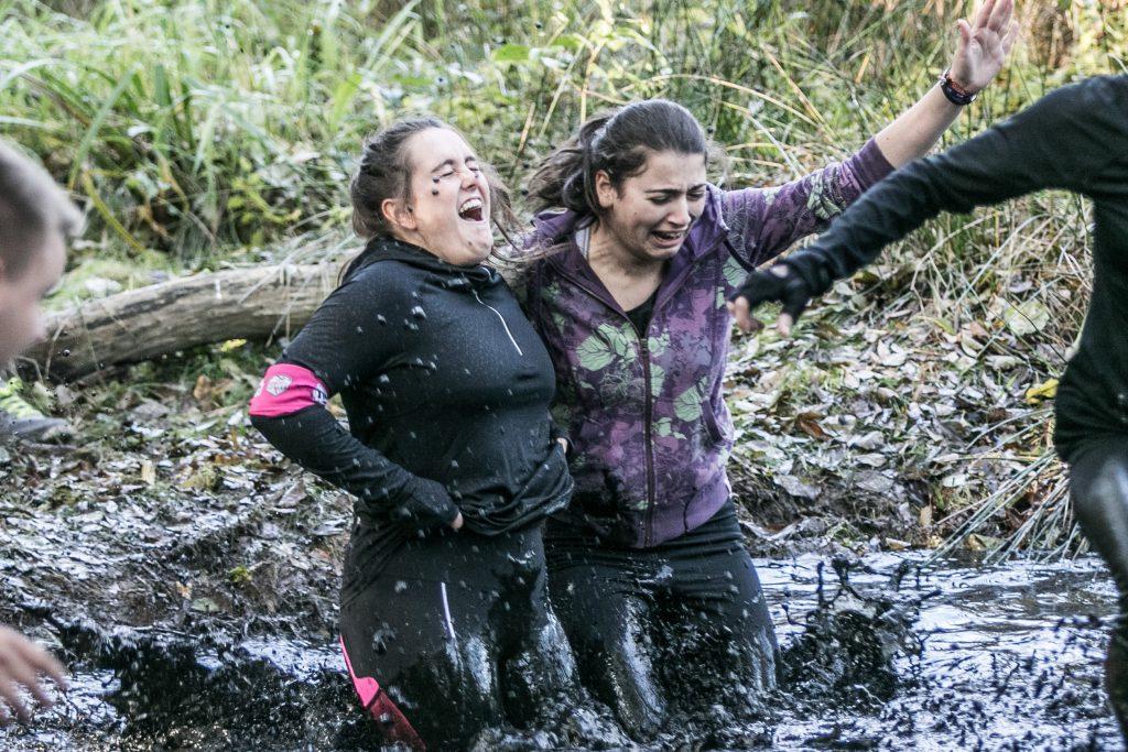 Da muss man durch: Zwei Teilnehmerinnen des Steelman kämpfen sich im vergangenen Jahr durch ein Schlammbad. Foto: Eberstein