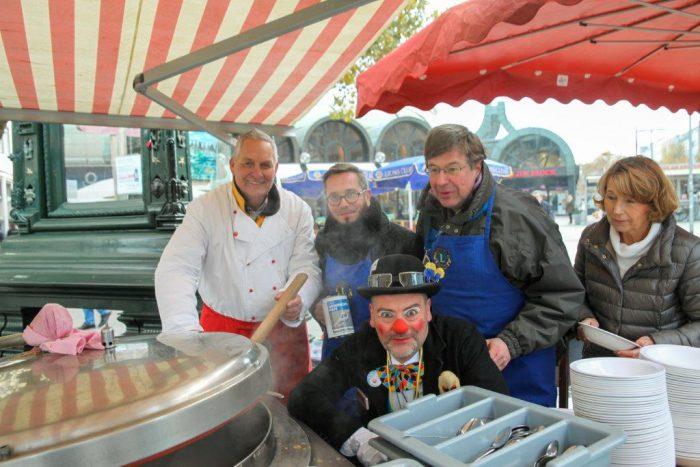 Essen für den guten Zweck: Rüdiger Ahlers, Jan Sedelies, Klinik-Clown Fidou, Hardy Freitag und Beatrix Homann (v.li.). Foto: Kutter