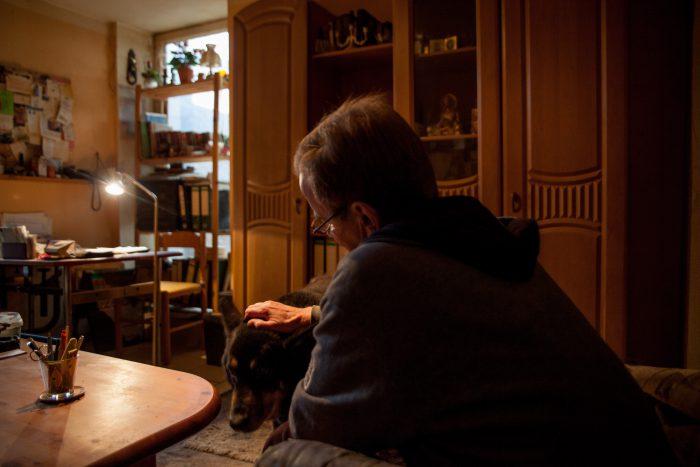 Ein Hund als Trostspender. Rüdiger Knoll braucht Hilfe. (Foto: Katrin Kutter)