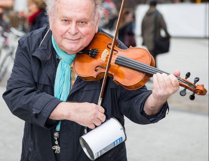 Charly Neumann spielt für die HAZ-Weihnachtshilfe. Foto: Jan Philipp Eberstein
