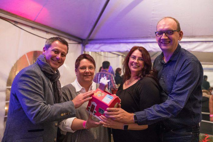 Dirk Hermes (v.li.), Alexandra Shaari, Anja Wallroth und Frank Lautenbach sammeln Spenden. Foto: von Ditfurth