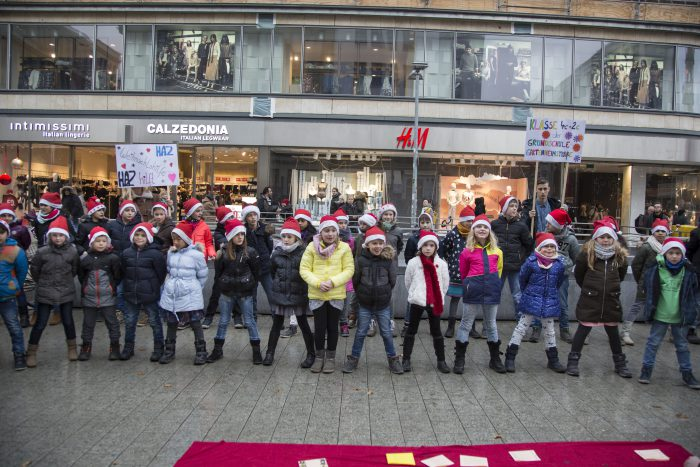 Deutschland, Hannover 09.12.2016 50 Kinder der Grundschule Gartenheimstraße aus Bothfeld singen mit Mützen direkt an der Kröpckepyramdie Weihnachtslieder. Foto:Villegas