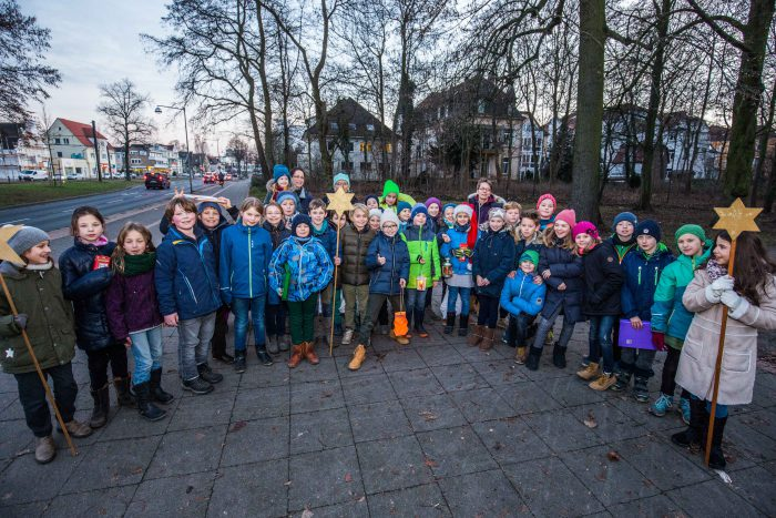 Schüler der 4 B singen für Spenden. Foto: Eberstein