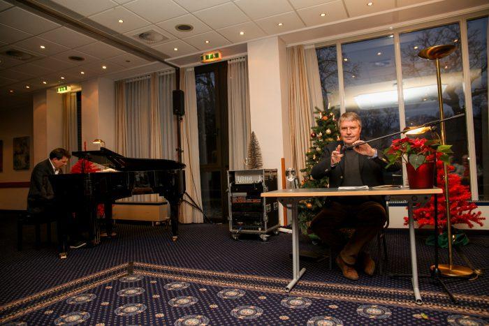 Die NDR-Moderatoren Philipp Schmid und Hans-Jürgen Mende improvisierten dabei gewünschte Klaviermelodien und lasen Texte. Foto: Kutter