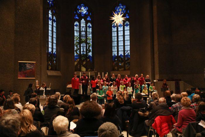 Der Chor der Musikschule singt in der Matthäus-Kirche in der List. Foto: Tim Schaarschmidt