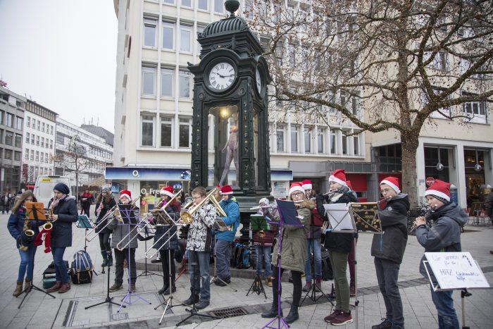 Schüler der KGS Sehnde gaben am Montag ein Konzert am Kröpcke.Villegas
