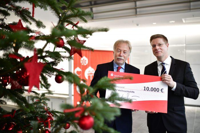 Dr. Heinrich Jagau übergibt für die Sparkasse eine Spende für die HAZ-Weihnachtshilfe an HAZ-Chefredakteur Hendrik Brandt. Foto: Körner