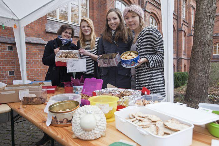 Die Studenten der Sonderpädagogik helfen mit Süßigkeiten. Foto: Franson.
