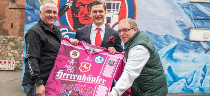 Jörg Vespermann, Geschäftsführer der Berufskraftfahrer-Akademie-Nord, spendet ein Trikot der Hannover Indians mit Autogrammen der Spieler für die Benefiz-Auktion. Foto: Dillenberg