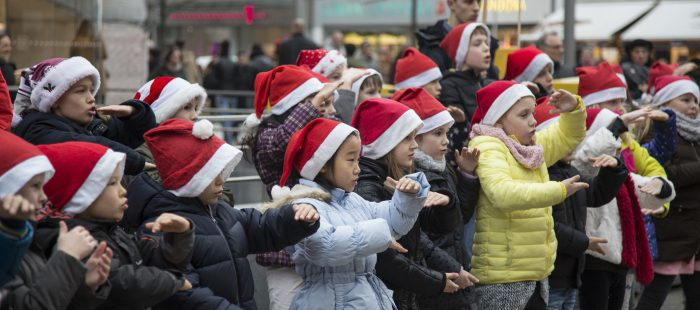 50 Kinder der Grundschule Gartenheimstraße aus Bothfeld sangen mit Weihnachtsmützen direkt an der Kröpckepyramde Weihnachtslieder. Foto: Villegas