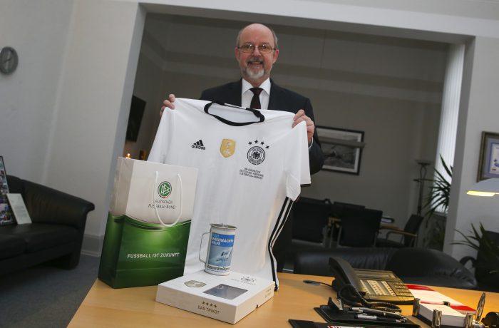 Polizeipräsident Volker Kluwe unterstützt die Weihnachtshilfe mit einem besonderen DFB-Trikot. Foto: Thomas