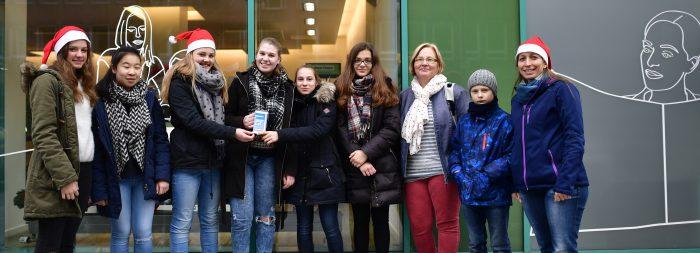 Schüler der Bismarckschule gaben die gesammelten Spenden persönlich in der Geschäftsstelle ab. Foto: Körner