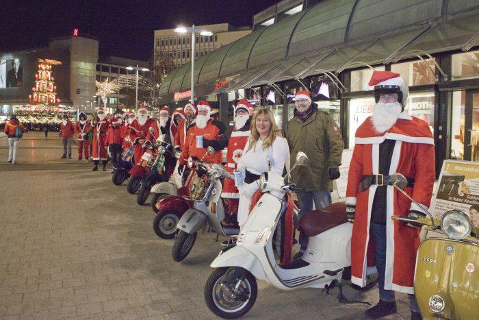 Der Vespa-Club Hannover sammelt Spenden für die Weihnachtshilfe. Foto: Franson