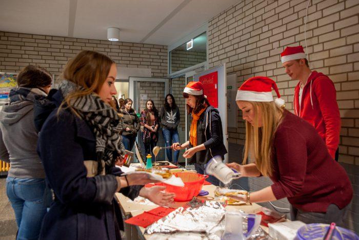 Schueler der Alice-Salomon-Schule machen Benefiz-Waffelmarkt für die HAZ-Weihnachtshilfe. Foto: Kutter.