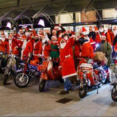 Achtung, Weihnachtsmänner fahren am Donnerstag Vespa