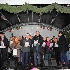 Die Stadtpolitik singt auf dem Weihnachtsmarkt