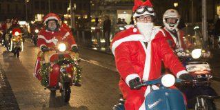 Vespa-Fahrer helfen mit einem Nikolaus-Flashmob