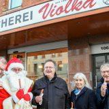Der Weihnachtsmann unterstützt Spendenaktion der Fleischerei