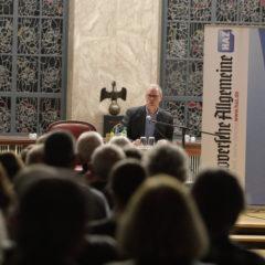 HAZ-Autor Simon Benne stellt sein neues Buch mit Lüttjen Lagen vor